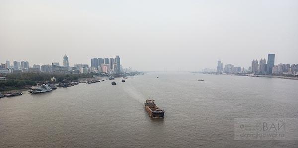 серое небо над рекой янцзы китай