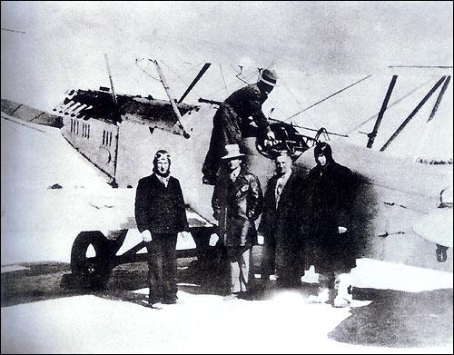 Советские лётчики–добровольцы на аэродроме г. Ухань. Ноябрь 1937г.
