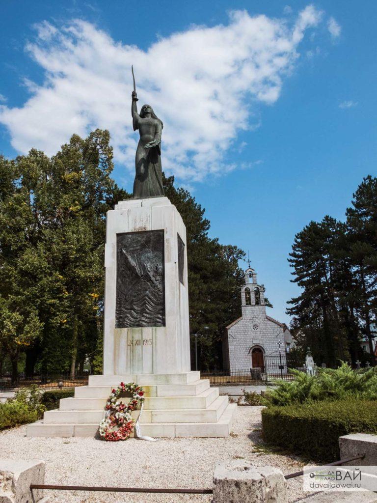 Влашская церковь и монумент Ловченска вила