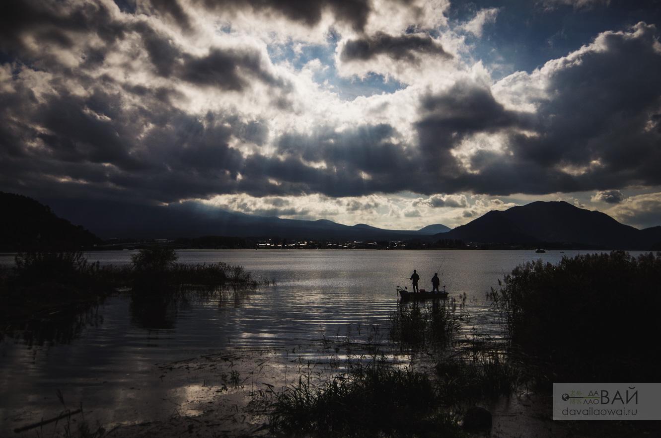 рыбаки на озере кавагучико