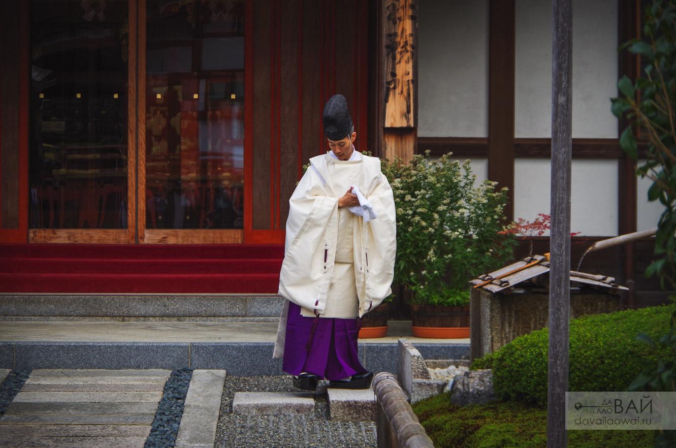 монахь в храме фусими инари