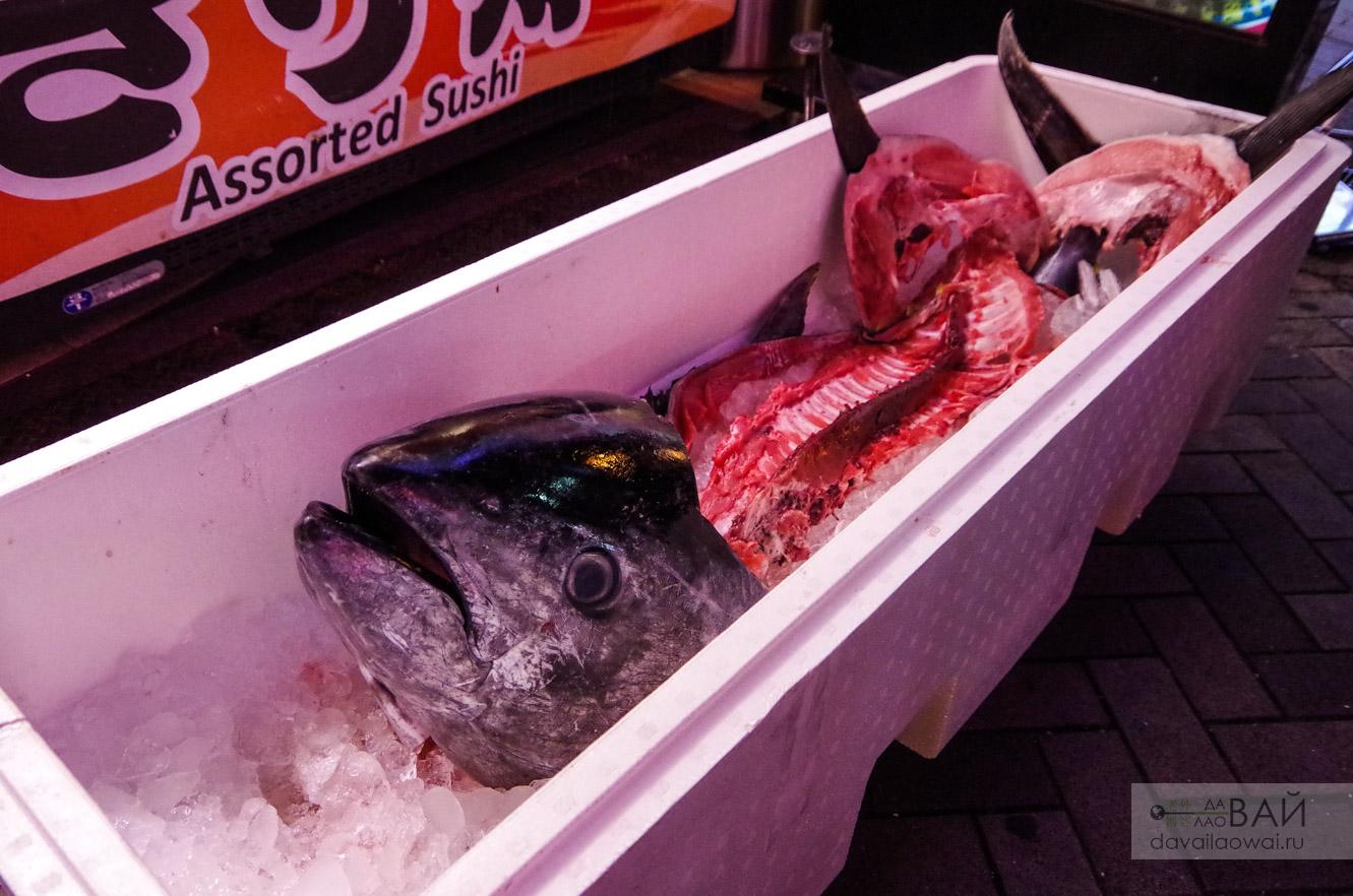 разделанный тунец на рынке япония
