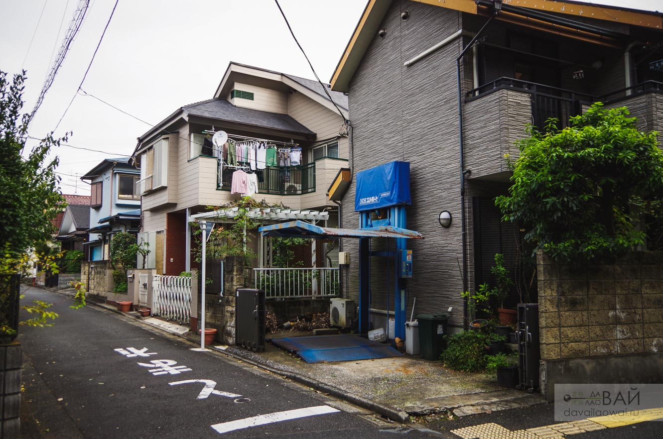 двухярусная парквка у дома в токио
