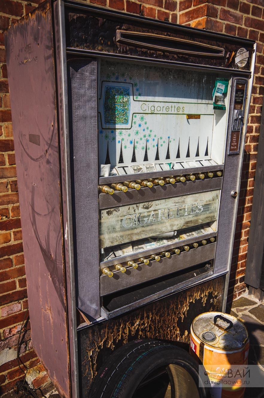 старый автомат с сигаретами япония